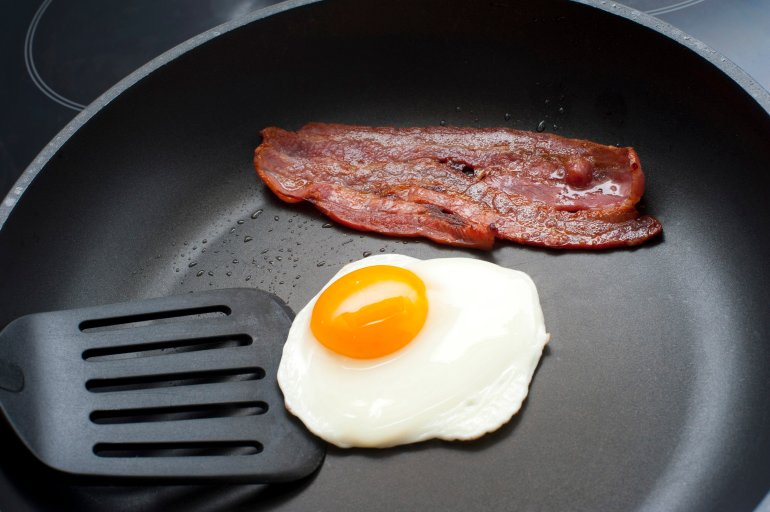 how to cook the yolk in a fried egg